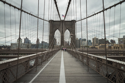 USA, New York City, pedestrian walkway on Brooklyn Bridge - STCF00253