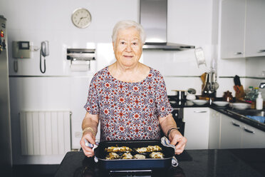 Portrait of senior woman with prepared food in the kitchen - GEMF01113