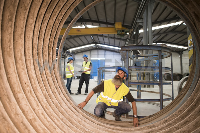 Worker examining giant construction tube - JASF01181 - Jaen Stock/Westend61