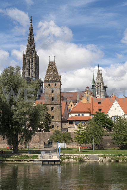 Germany, Ulm, view to Ulm Minster and Metzgerturm with Danube River in the foreground - PCF00276