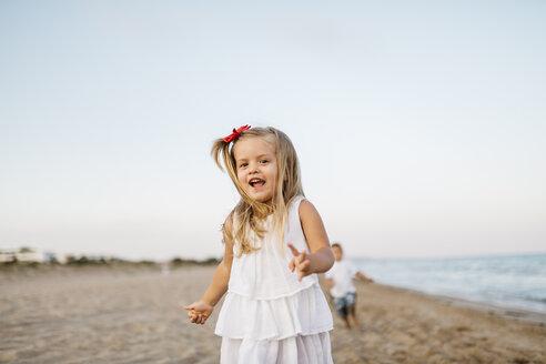 Portrait of little girl having fun on the beach - JRFF00885