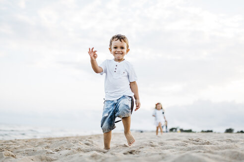 Happy little boy playing on the beach - JRFF00888