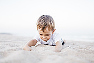 Little boy playing on the beach - JRFF00897