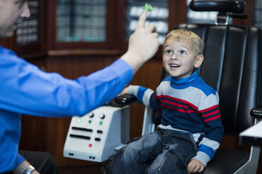 Boy doing eye test at optometrist - ZEF10580