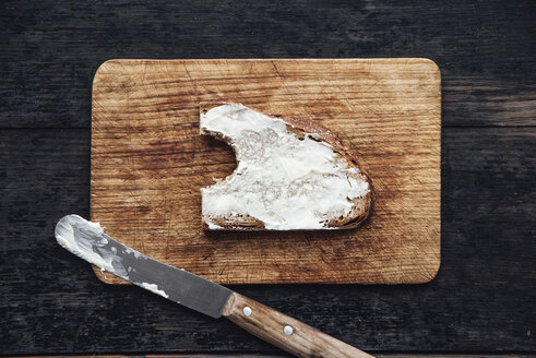 Buttered bread on chopping board - IPF00334