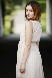 Portrait of redheaded young woman - GDF01161