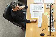 Architect working in his office - TCF05130