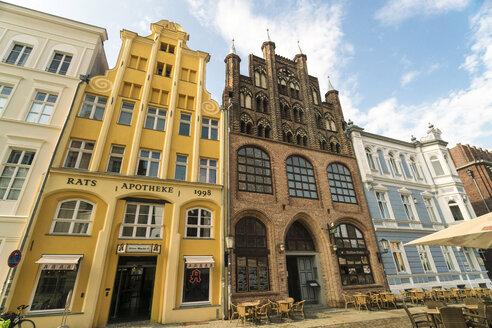 Germany, Mecklenburg-Western Pomerania, Stralsund, Muehlenstrasse, Old Market, gable houses - TAM00673