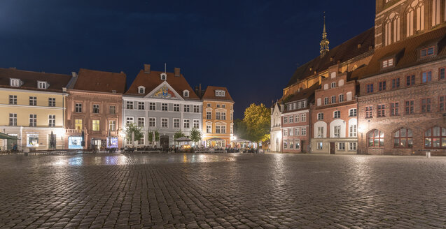 Germany, Mecklenburg-Western Pomerania, Stralsund, Old Town, old market and St. Nicholas' Church in the evening - TAMF00691