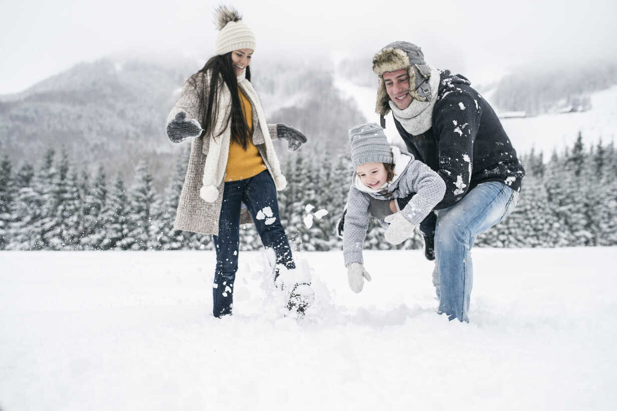 Happy family in winter landscape - HAPF00965 - HalfPoint/Westend61