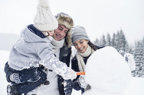 Family building snowman together - HAPF00974