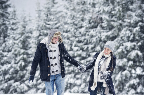 Happy couple in winter landscape - HAPF00983