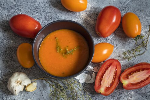 Tomato soup with thyme, garlic, red and yellow tomatoes - YFF00576