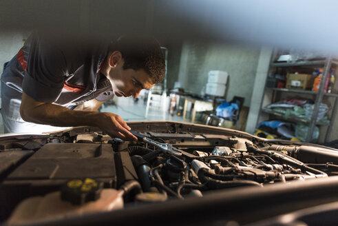 Mechanic repairing car in a garage - JASF01240