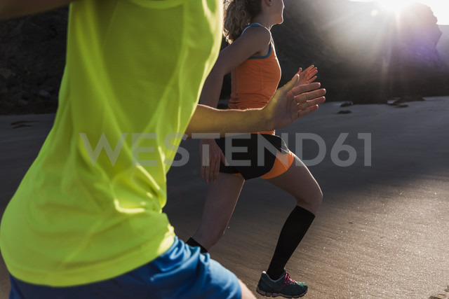 France, Crozon peninsula, young couple running on the beach - UUF08613 - Uwe Umstätter/Westend61