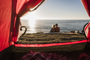 Young couple in love camping at seaside - UUF08785