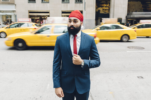 Indian businessman crossing street in Manhattan - GIOF01538
