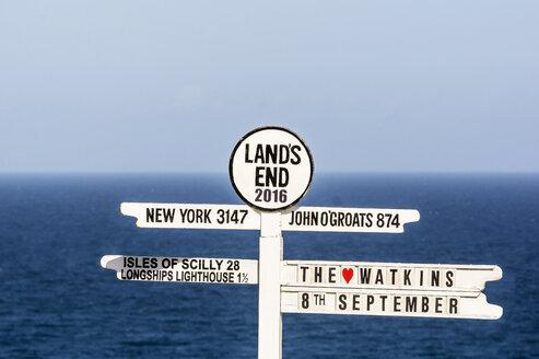 UK, Cornwall, Sign post at Lands End - THAF01851
