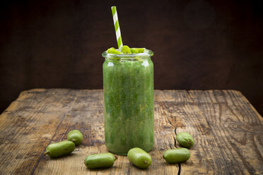 Green smoothie with kiwi berries - LVF05448