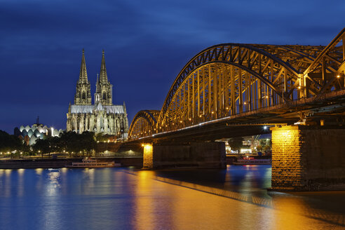 Germany, Cologne, lighted Cologne Cathedral and Hohenzollern Bridge - GFF00816