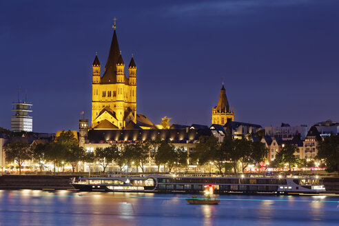 Germany, Cologne, view to the old town with Gross Sankt Martin and town hall by night - GFF00819