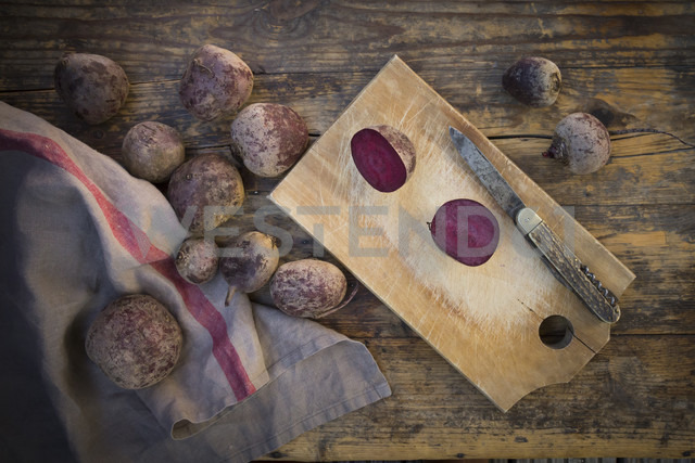 Sliced beetroot and pocket knife on wooden board - LVF05475