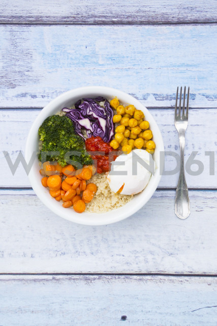 Lunch bowl of quinoa, red cabbage, carrots, roasted chickpeas, broccoli, poached egg and ajvar - LVF05484