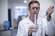 Scientist pipetting in lab - ZEF10833
