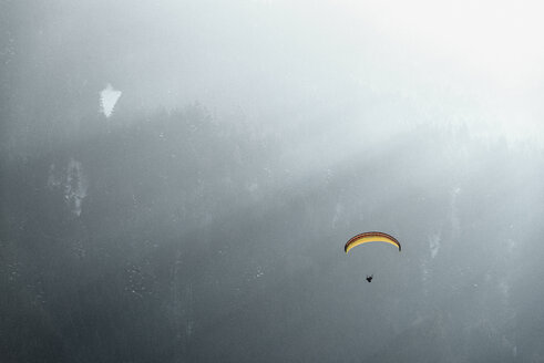 Germany, Pfronten, paraglider in front of mountain - BMA00232