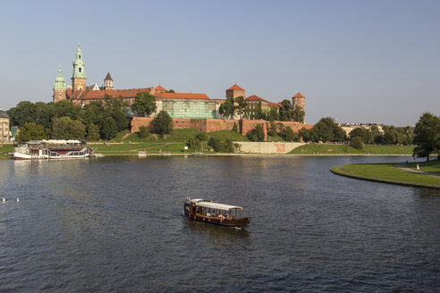 Poland, Krakow, view to Wawel Cathedral and castle with Vistula River in the foreground - MEL00152