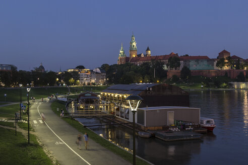 Poland, Krakow, view to Wawel Cathedral and castle with Vistula River in the foreground at evening - MELF00155