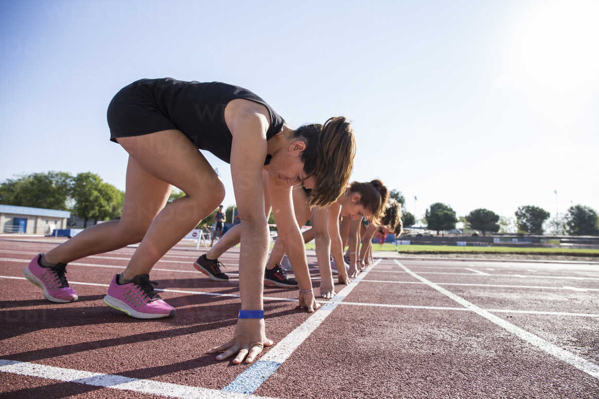 Female runners on tartan track in starting position - ABZF01381 - Andrés Benitez/Westend61