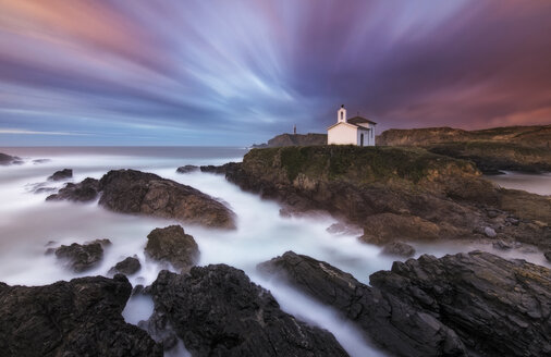 Spain, Valdovino, little chapel Virxe do Porto at the Galician coast, long exposure - RAEF01517