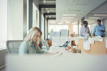 Businesswqoman working alone in office - WESTF21829