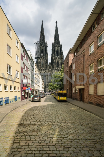 Germany, Cologne, view of street with Cologne Cathedral in the background - TAMF00720 - A. Tamboly/Westend61