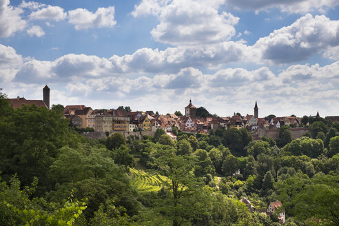 Germany, Rothenburg ob der Tauber, view to the city from castle garden - SIEF07129