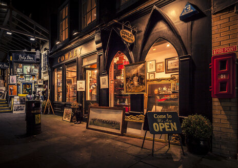 Ireland, Dublin, Antiques shop in the city - MPA00076