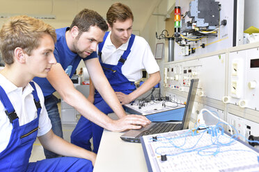 Technical instructor teaching students - LYF00606