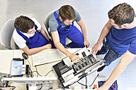 Technical instructor teaching students - LYF00639