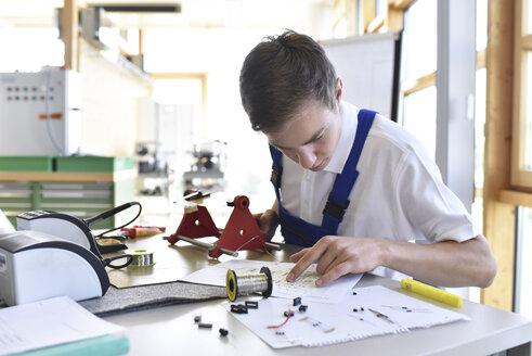Student assembling circuit board - LYF00642