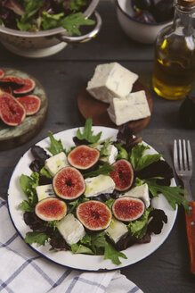 Plate of mixed lettuce with fresh figs, goat cheese and olive oil - RTBF00472