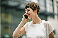 Young woman in the city talking on the phone - TAMF00768