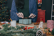 Woman wrapping christmas gifts - RTBF00509