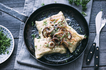 Vegetarian Swabian pockets with roasted onions in frying pan - IPF00340