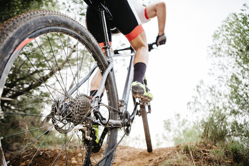 Close-up of mountainbiker on forest trail - JRFF00998