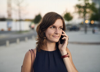 Germany, Hamburg, Young businesswoman talking on the phone - WHF00033