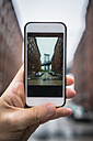Man takes a photo with smartphone in Dumbo, Brooklyn - GIOF01589
