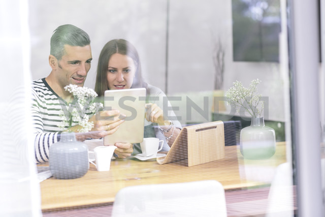 Couple at home using tablet - MADF01175