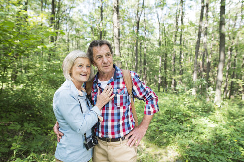 Senior couple in the woods - HAPF01084
