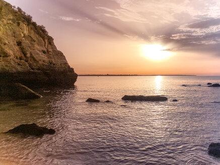 Sonnenaufgang an einem Strand an der Algarve, Portugal, Algarve, Lagos - BMAF00295
